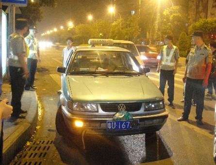 昨晚9点15分左右,在潮汕路的汽车总站对面,一辆粤u16720的潮州