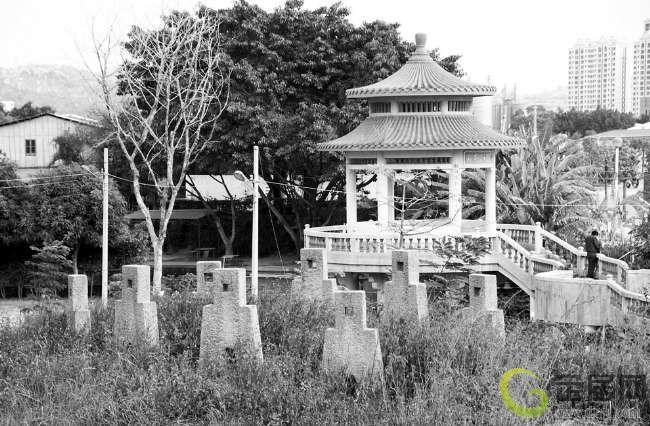 位处潮阳区新华大道一侧,萧德俊古墓上的库钱石,在全国十分罕见高清图片